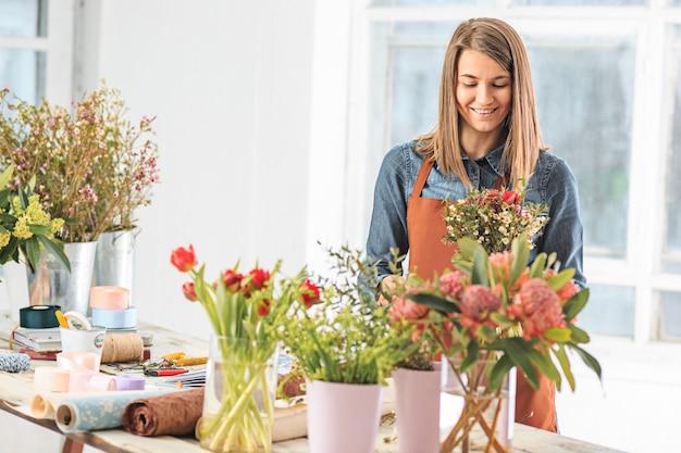 Bloemist boeket van verschillende bloemen maken