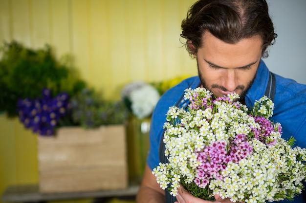 Bloemist bos van bloem in bloemist winkel te houden