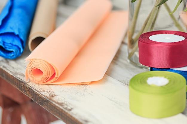 Bloemist bureaublad met werkende hulpmiddelen