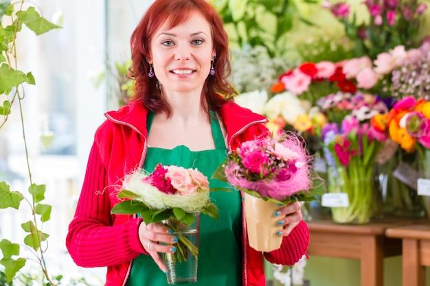 Bloemist die bloemen en boeketten in winkel verkoopt