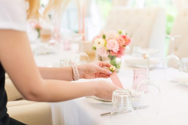 Bloemist die het decor van het bloemhuwelijk in openluchtrestaurant voorbereiden.