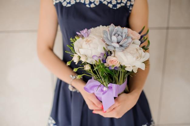Bloemist die mooi boeket van bloemen geen gezicht houdt