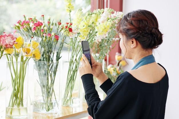 Bloemist die verse bloemen fotografeert