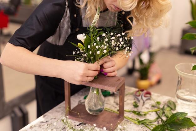 Bloemist maakt een boeket. bloem samenstelling close-up