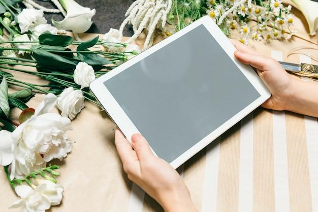 Bloemist met behulp van een digitale tablet