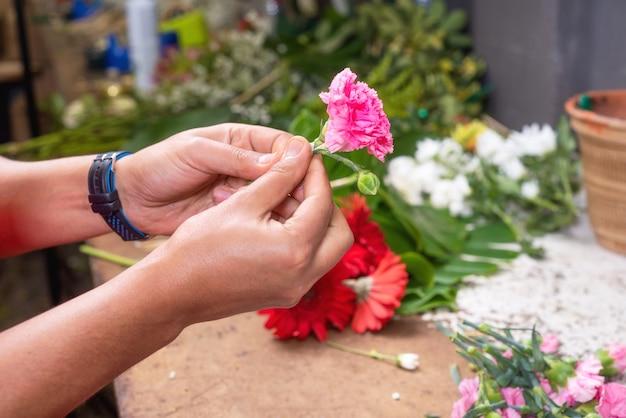 Bloemist op het werk. mannelijke bloemist die mooi boeket creëren bij bloemwinkel.