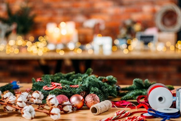 Bloemist service. kerst interieurdecoratie. regeling van groene fir tree takje, ballen, lint.