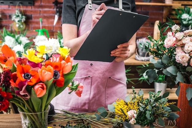 Bloemist telt en registreert bloemen