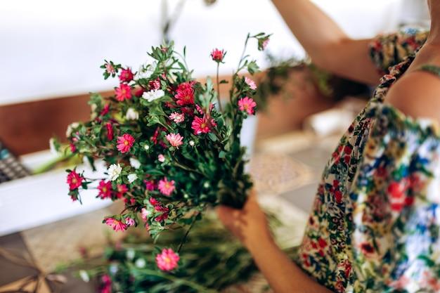 Bloemist verzamelt een boeket verse witte en roze chrysanten.