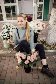 Bloemisterij concept. boeket van prachtige bloemen. lente kleuren. het werk van de bloemist bij een bloemenwinkel