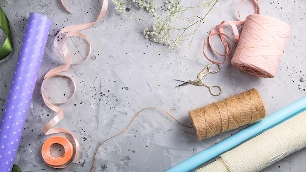 Bloemisthulpmiddelen en werkplaats met linten, bloemen en schaar