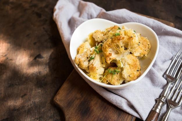 Bloemkoolbraadpan met kaas in een roomsaus. bloemkoolgratin met bechamelsaus