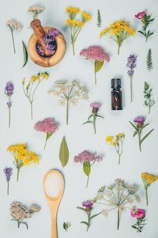 Bloemmotief gemaakt van wilde helende bloemen en spa-producten