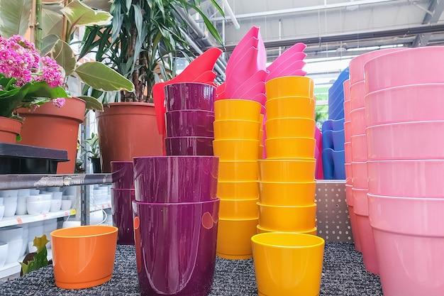 Bloempotten op plank in een plantenwinkel