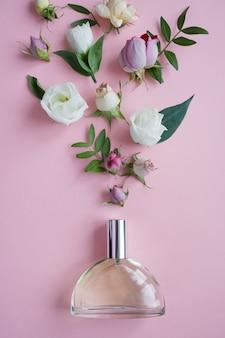 Bloemstuk. bloemen, geur, parfum op roze oppervlak