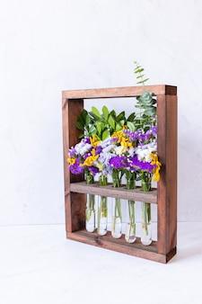 Bloemstuk in houten kist