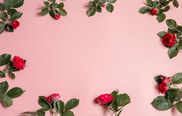 Bloemstuk met verse natuurlijke rozen op roze achtergrondexemplaarruimte.