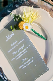 Bloemstuk op een bord en menukaart