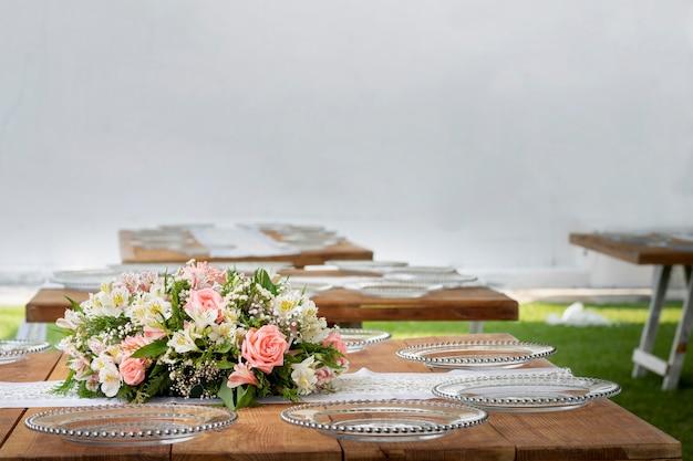Bloemstuk op een houten tafel tijdens een sociaal evenement in mexico