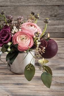 Bloemstuk van rozen en ranunculus