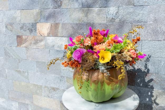 Bloemstuk van rozen in pompoen versierd voor een ander halloween