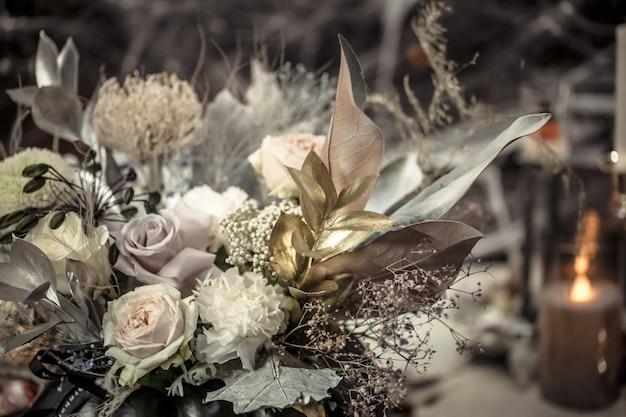 Bloemstuk van verse bloemen in een pompoen