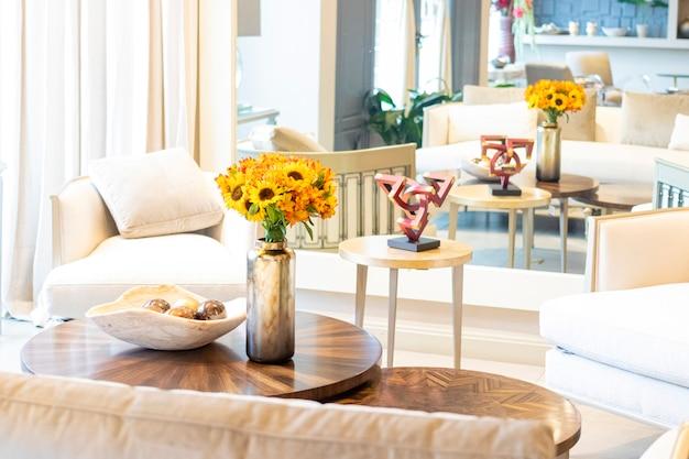 Bloemstuk van zonnebloemen die de woonkamer van het huis versieren