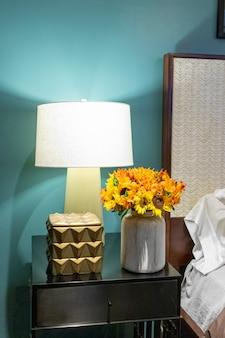Bloemstuk van zonnebloemen in de slaapkamer