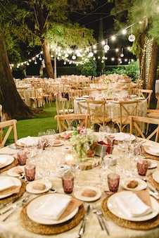 Bloemstukken voor lege stoelen voor een huwelijksceremonie