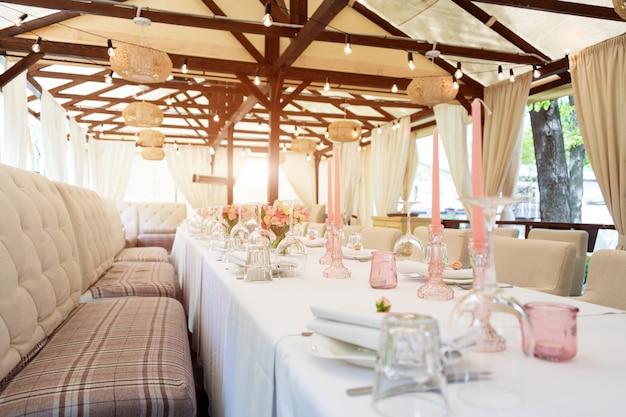 Bloemtafeldecoraties voor vakanties en bruiloftsdiner. tabel voor vakantie bruiloft receptie in openlucht restaurant.