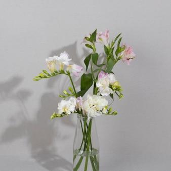 Bloesem bloem in vaas op tafel Gratis Foto