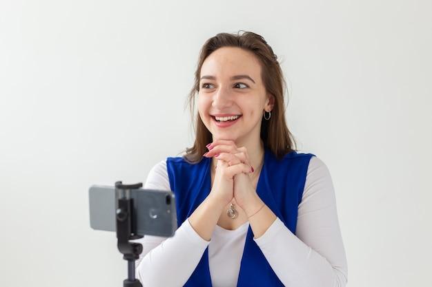 Bloggen, uitzending en mensen concept - vrouw blogger praat met de camera voor haar toeschouwers