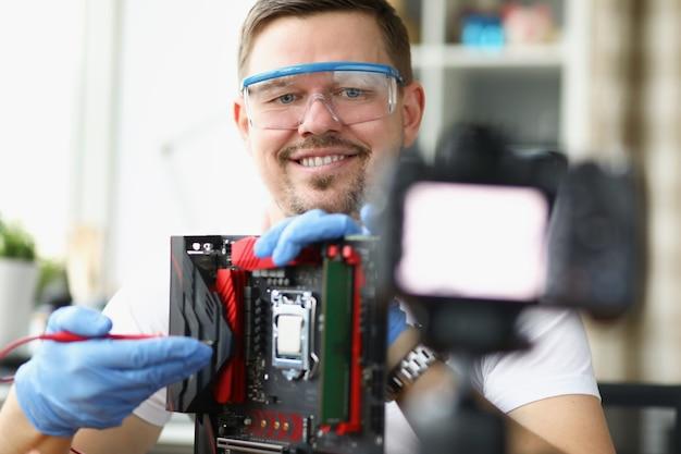 Blogger demonstreert over camerareparatie van computerbord