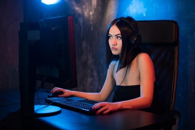 Blogger-influencer die online chat op sociale netwerken