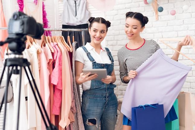 Blogger-meisjes presenteren kleurrijke jurk aan camera