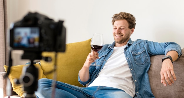 Blogger neemt thuis whine tasting op