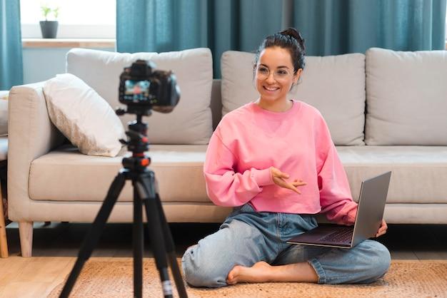 Blogger neemt zichzelf op met haar laptop