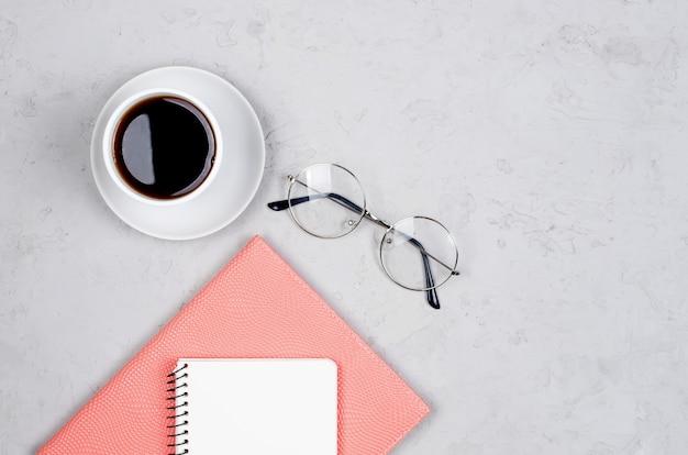Blogger of freelancer-werkruimte met tulpen, notitieboekje, klok en leeg