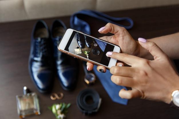 Blogger promo videoblog of fotosessie op bruiloft maken. vlogger of journalist of blogger video opnemen met smartphone op trouwdag. selectieve aandacht op handen met slimme telefoon