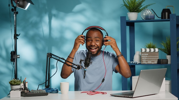 Blogger test hoofdtelefoon voor productbeoordeling op camera
