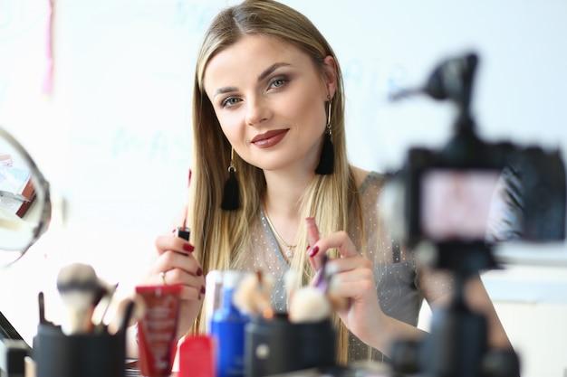 Blogger toont cosmetisch product voor internetvlog