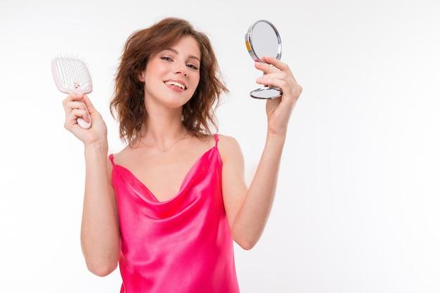 Blogger-visagist leert cosmetica toe te passen, portret van een meisje op een witte achtergrond
