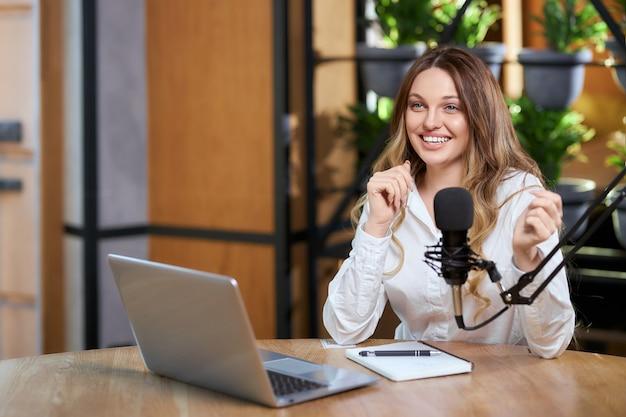 Blogger-vrouw die met volgers over verschillende onderwerpen praat