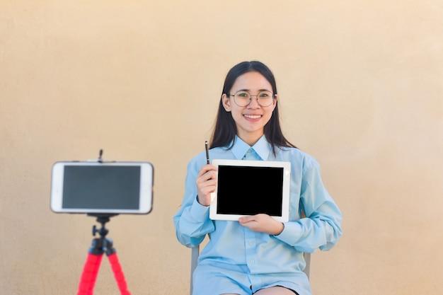 Blogger-vrouw zeg hallo fanpagina volgend op internet en training klaslokaal online
