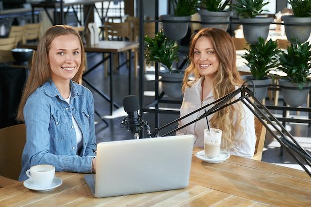 Bloggers communiceren met abonnees door middel van uitzending