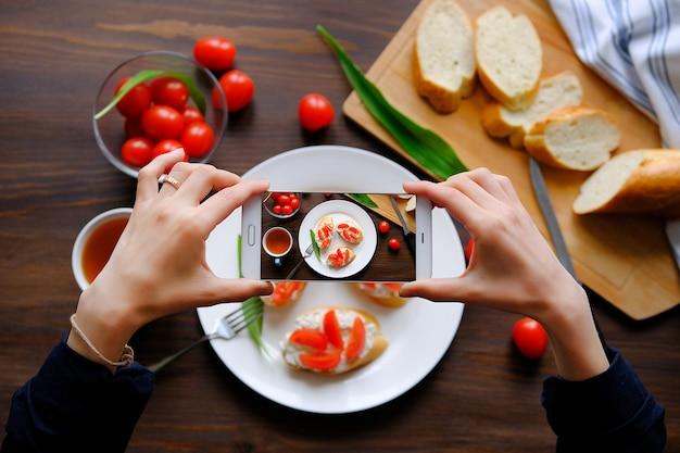 Bloggers die foto's maken van ontbijt met uw smartphone