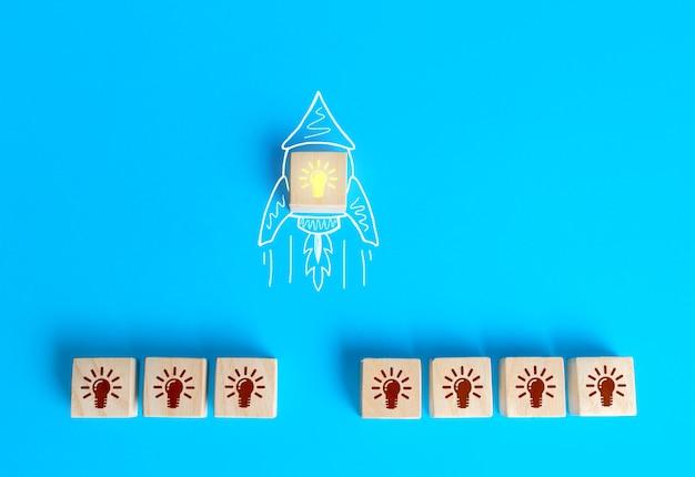 Blok met het idee dat gloeilamp vertrok op een denkbeeldige raketkrabbel. startup ontwikkelen