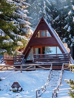 Blokhuis in de winterbos