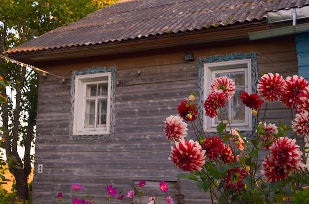 Blokhuis met gesneden vensters in vologda rusland. russische stijl in architectuur. rustiek russisch huis met tuin