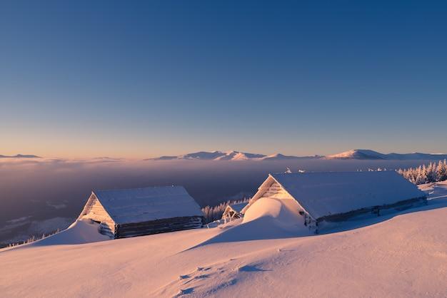 Blokhuizen in sneeuw
